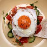 Легкий завтрак с яйцом