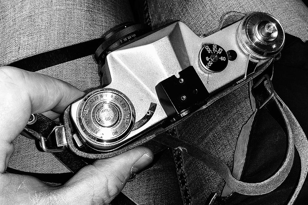 Как заправлять фотопленку в фотоаппарат
